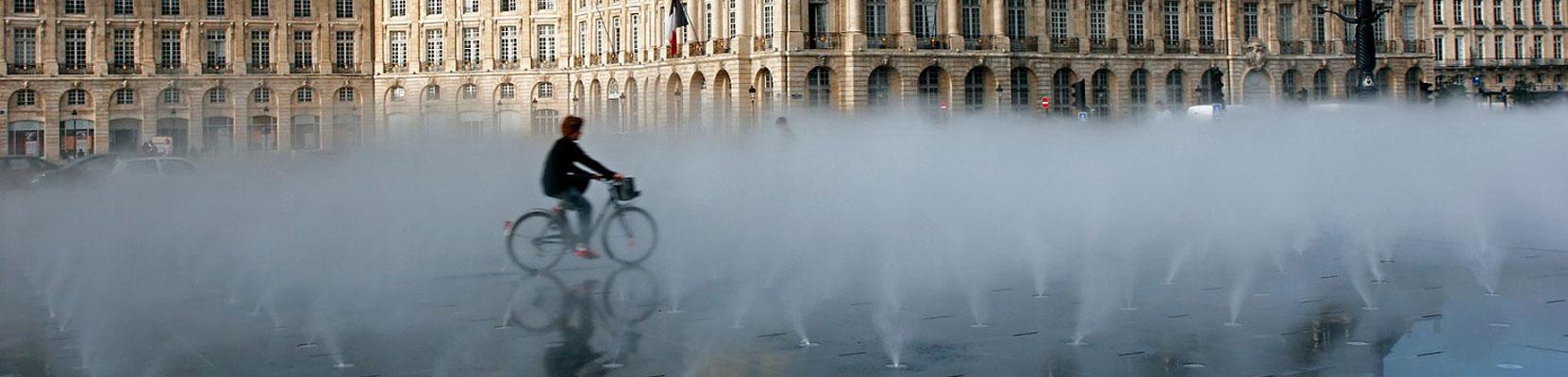 Miroir d'eau à Bordeaux, ouvrage d'art réalisé en granit pour la Communauté Urbaine