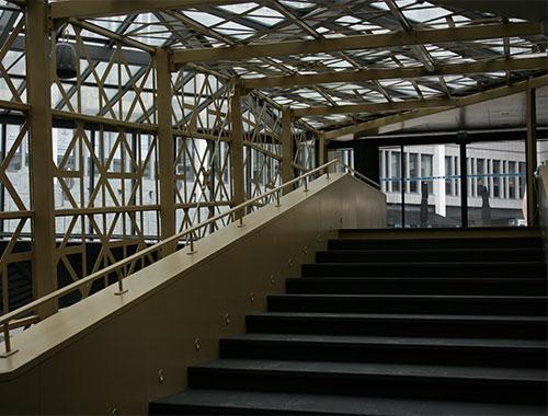 Création d'une passerelle en granit noir pour l'Espace du Palais à Rouen