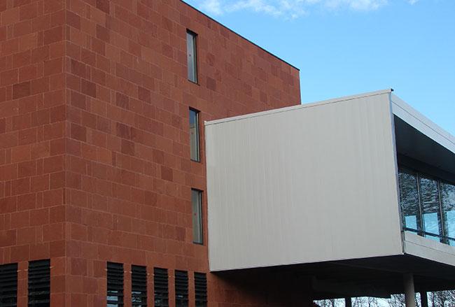 Revêtement de façade en pierres agrafées de grès rouge pour les Archives Départementales de Bayonne.