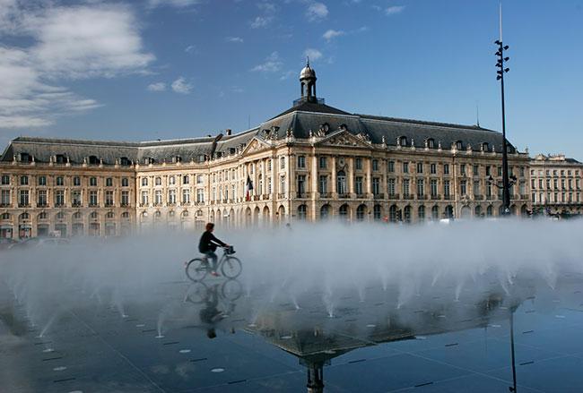 Miroir d'eau à Bordeaux, ouvrage d'art réalisé en granit pour la Communauté Urbaine.