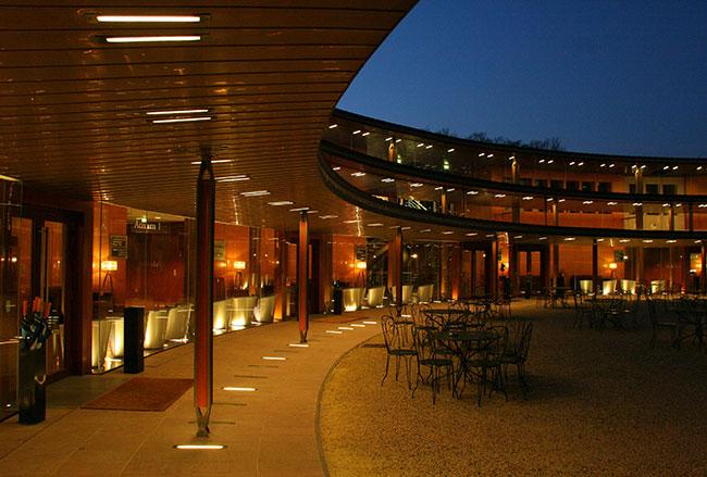 Création d'un parvis extérieur et intérieur en porphyre pour le Campus de Formation de Cap Gemini à Chantilly
