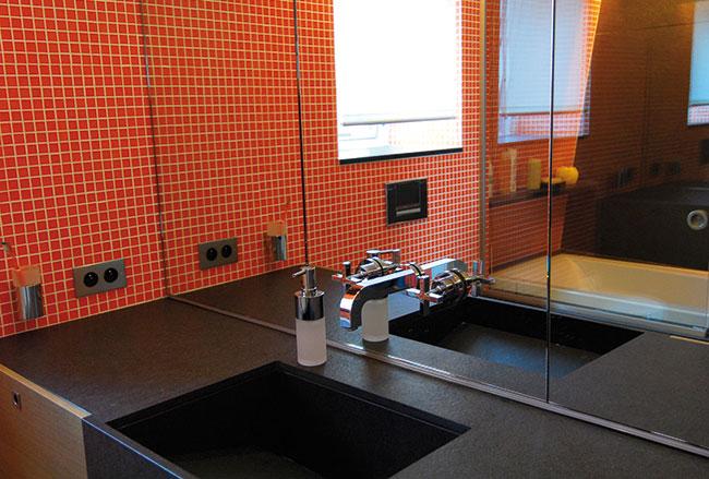 Réalisation d'un plan vasque en granit et mosaïque pour une salle de bain
