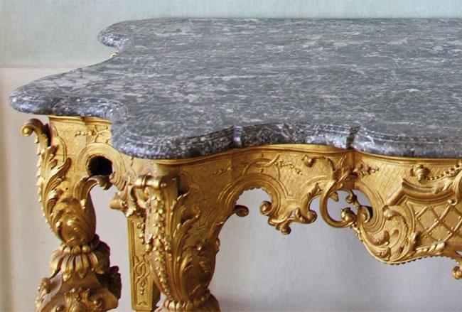 Réalisation d'un plateau en marbre sur une table pour un antiquaire